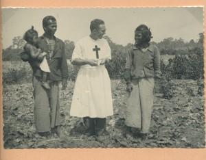 camilliani e due giovani africani
