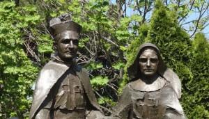 Statua dedicata alla Beata Vannini e al Beato Tezza a Grottaferrata