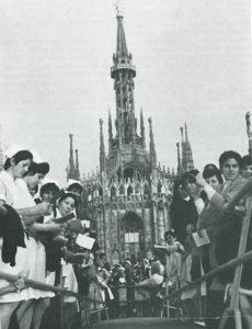 Una inquadratura della solenne cerimonia della inaugurazione della statua di San Camillo, patrono degli ospedali e degli Infermi: circa tremila persone convenute dagli ospedali e case di cura della Lombardia, vi hanno assistito.
